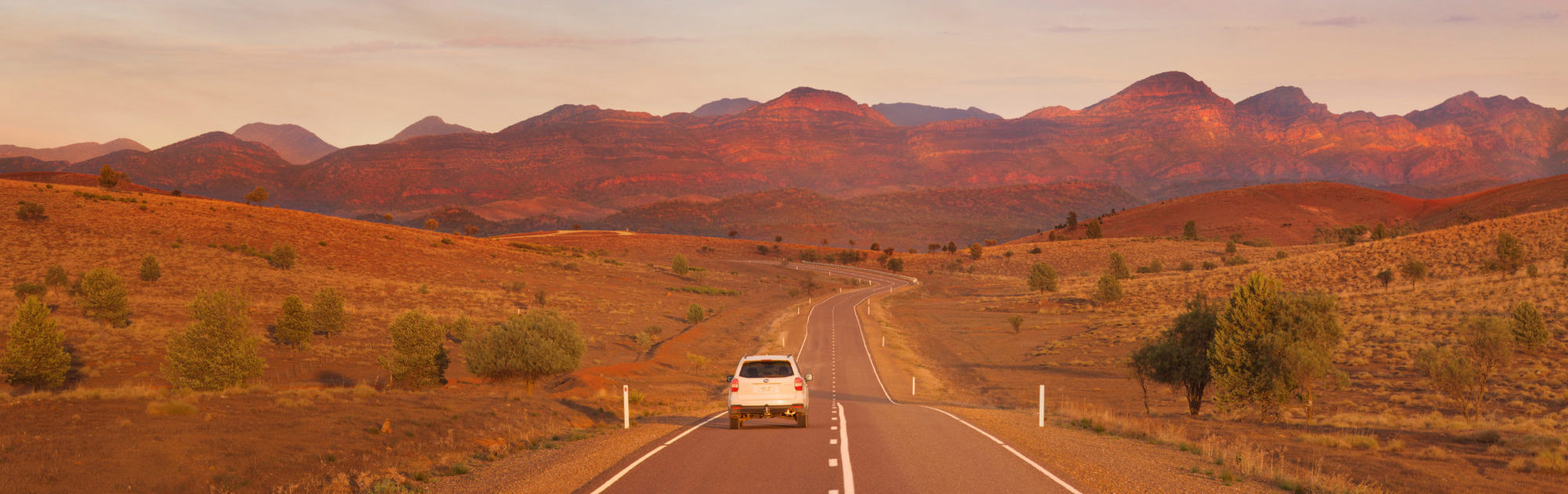 Australien_South Australia_Adelaide_Flinders Ranges Way_Auto vor Bergen / Fotocredit: Adam Bruzzone