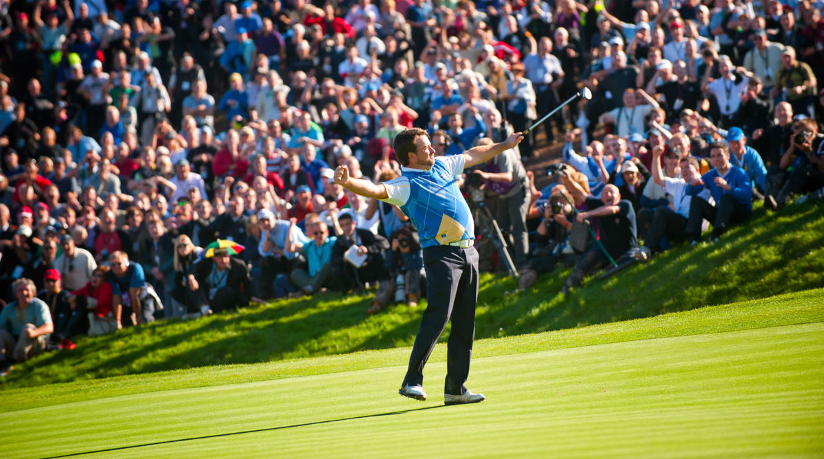 Graeme-McDowell-and-crowd-cheering-after-holing-putt-on-16th-hole-Ryder-Cup